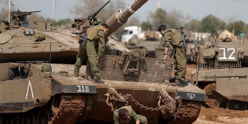 Milicianos palestinos disparan un proyectil desde Gaza hacia Israel
