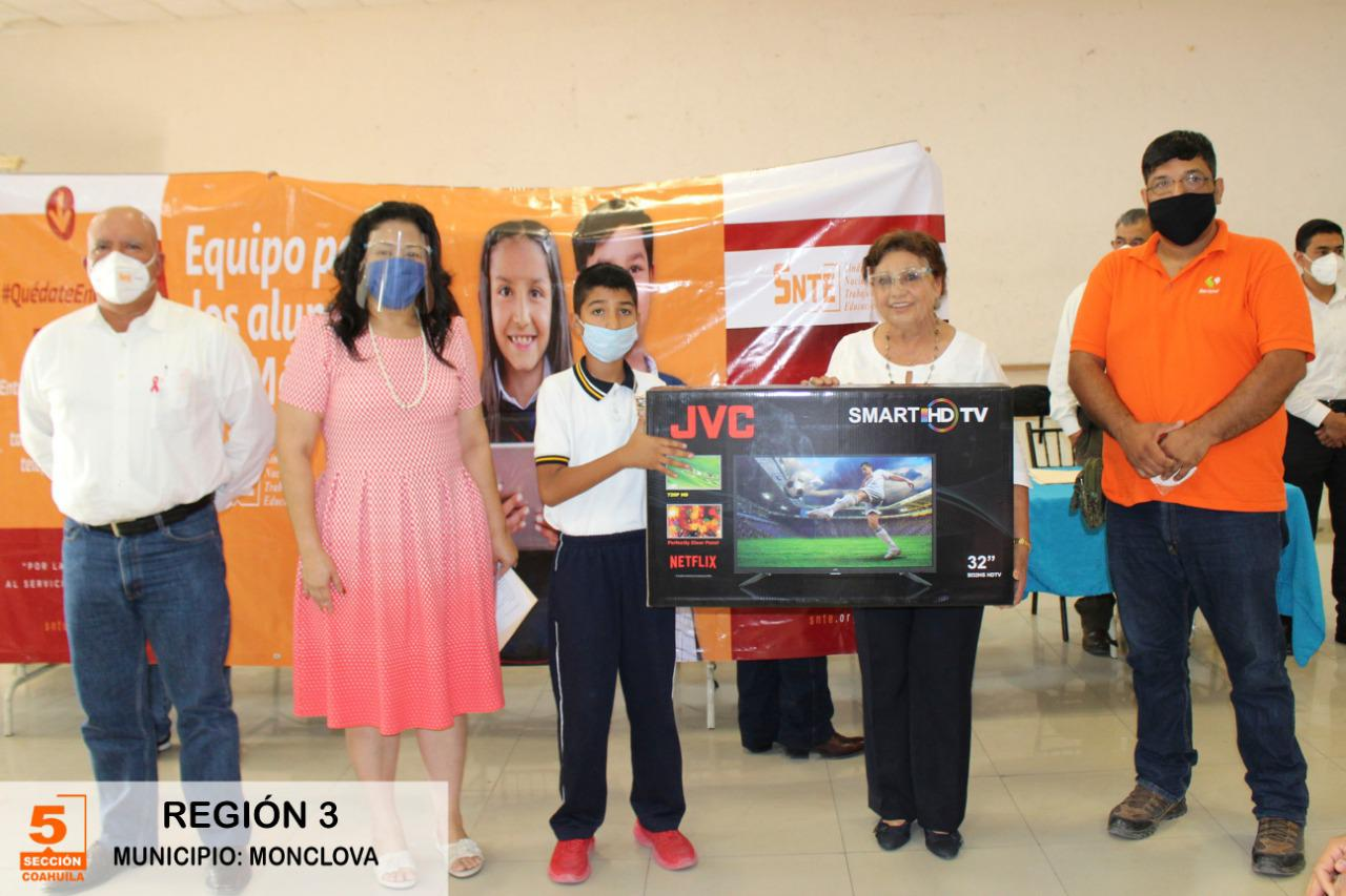 Dona Sección 5 del SNTE pantallas para el aprendizaje de niños y niñas