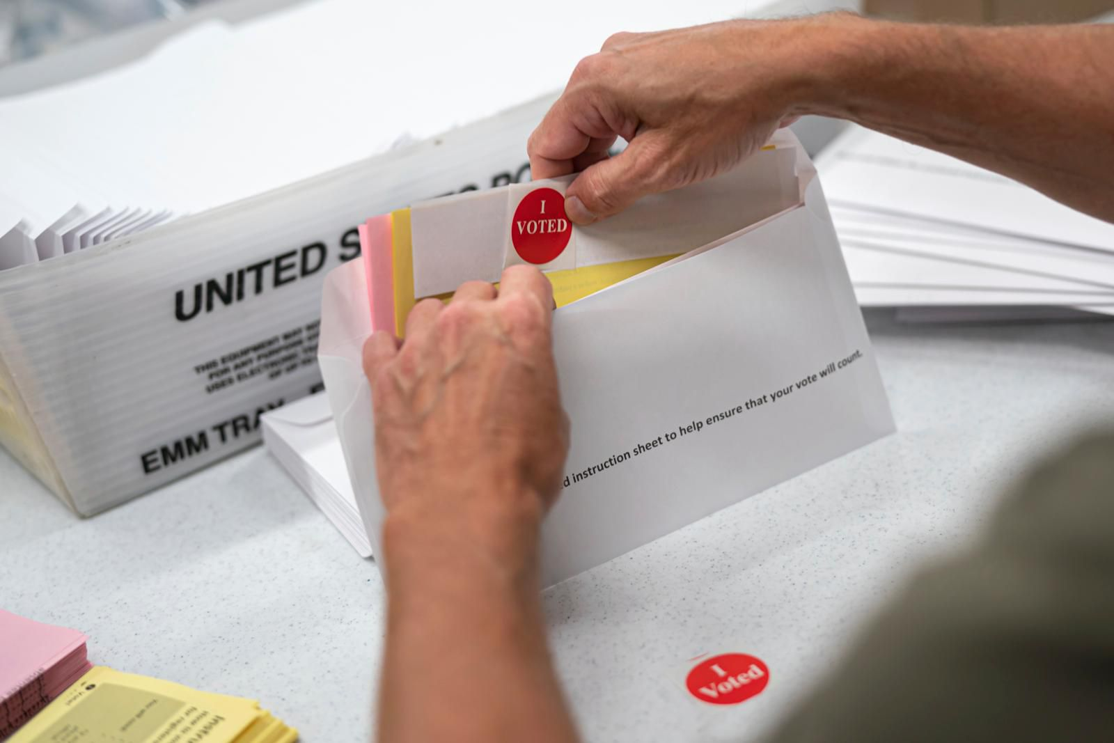 Votantes por correo en Florida denuncian papeletas con sobres ya sellados