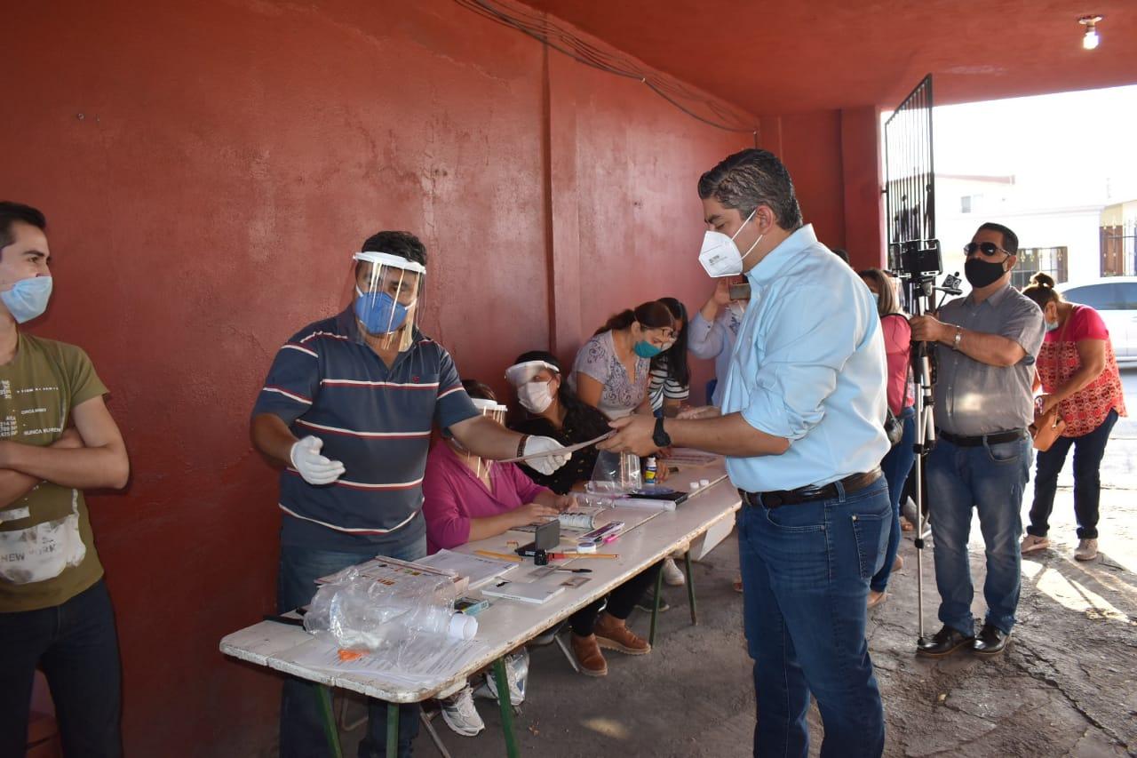 Cumple alcalde Alfredo Paredes con su voto en esta jornada electoral