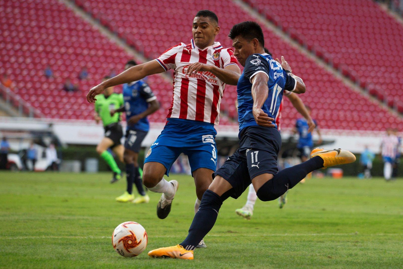 Chivas remonta y golea al Monterrey