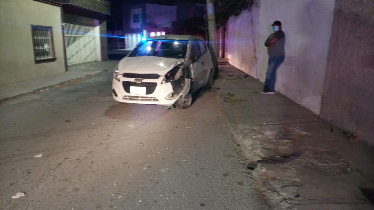 Choca contra poste y remata en barda en Monclova