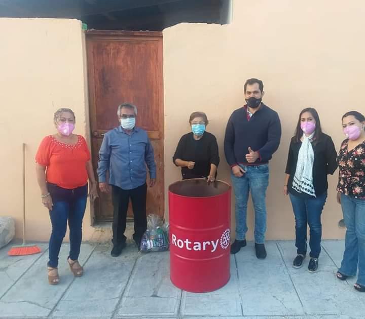 Donan rotarios de Monclova 30 tambos para la basura