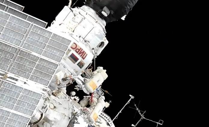 Los cosmonautas rusos inician caminata espacial de mantenimiento de la EEI
