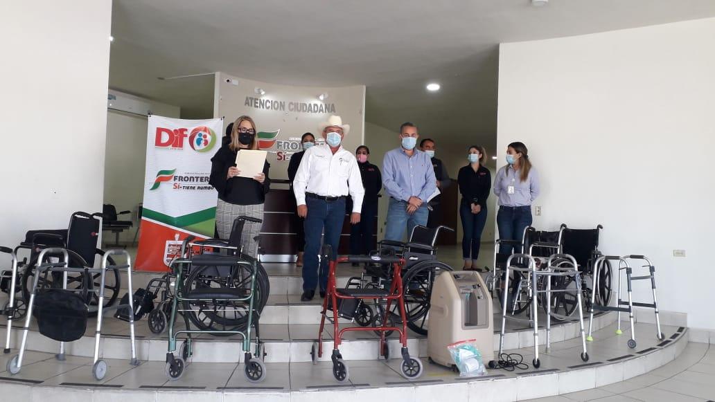 Dona 'Pancho' Elizondo  equipo ortopédico al DIF