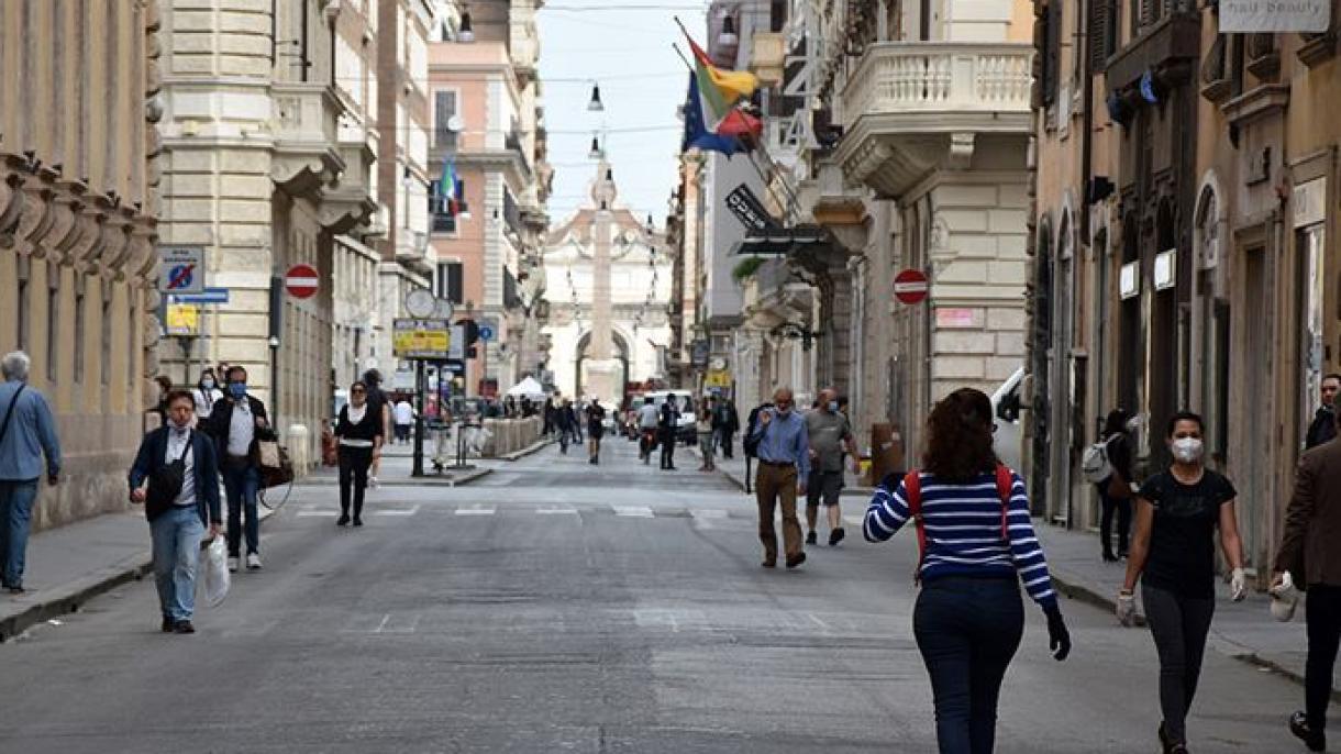 Italia registra 36,176 casos y 653 muertos y afronta una Navidad 'sobria'