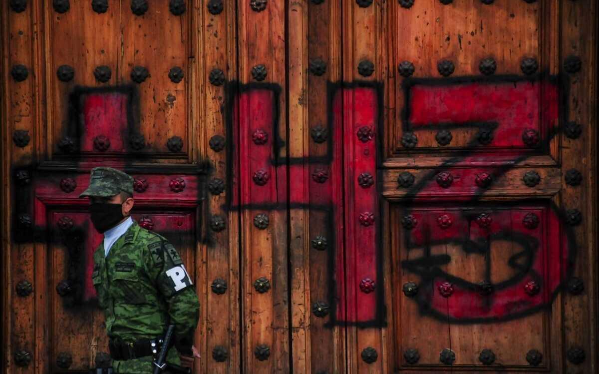 Juez federal dicta prisión a militar por la desaparición de los 43 de Ayotzinapa