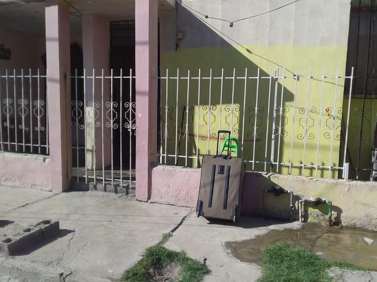 En Monclova, mujer saca a la calle la ropa de su ex