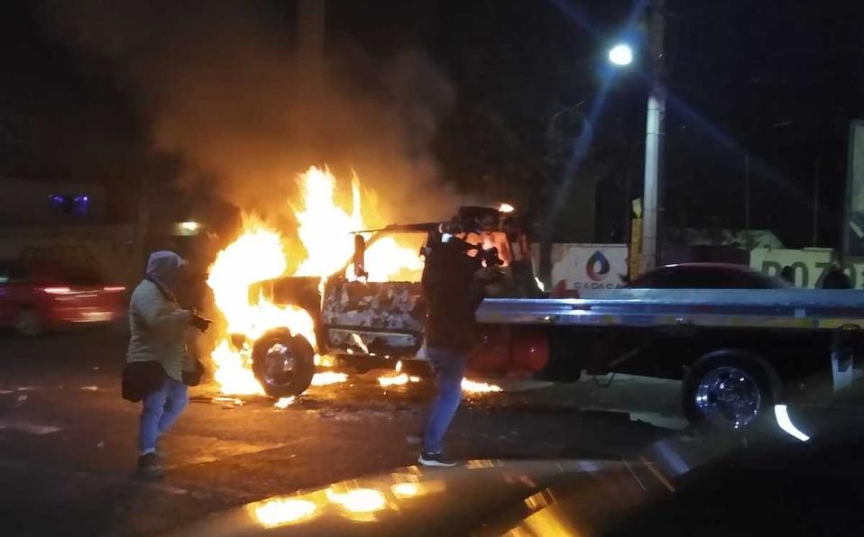 En Atizapán, choferes se enfrentan e incendian 5 vehículos