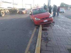 Pierde control de vehículo y choca en Monclova