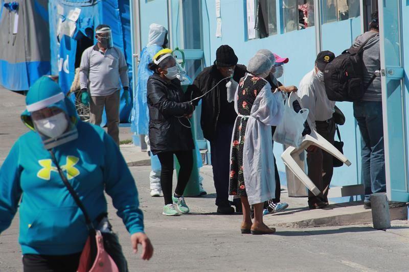 Perú vacunará a medio millón de trabajadores de salud con primer lote