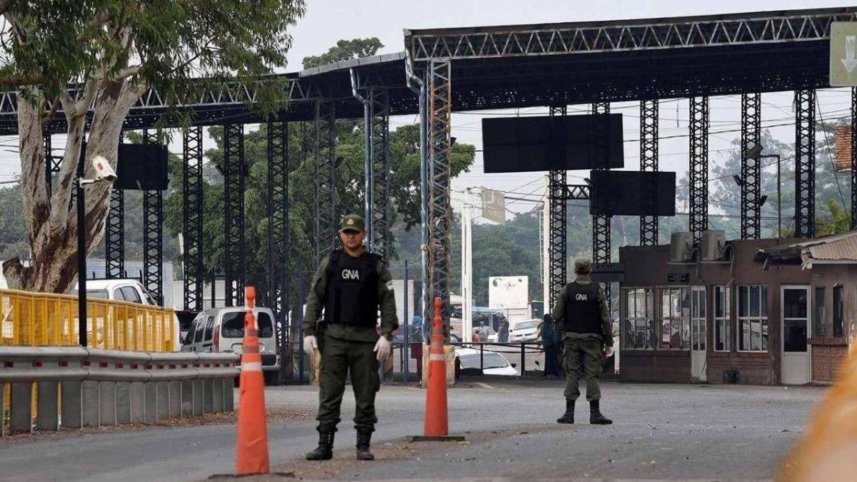 Argentina pide evitar salidas de noche y prorroga cierre fronterizo a turismo