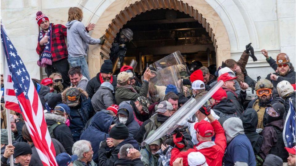 Autoridades comienzan a arrestar en EU a los asaltantes del Capitolio
