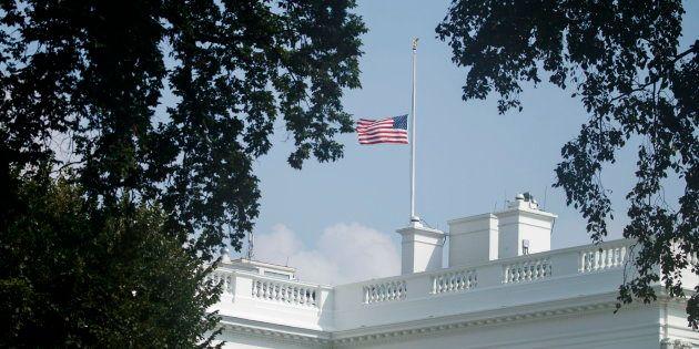 Trump ordena finalmente bajar a media asta las banderas por policía fallecido