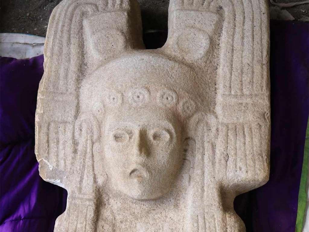 En Veracruz hallan antigua escultura femenina de 2 metros de altura