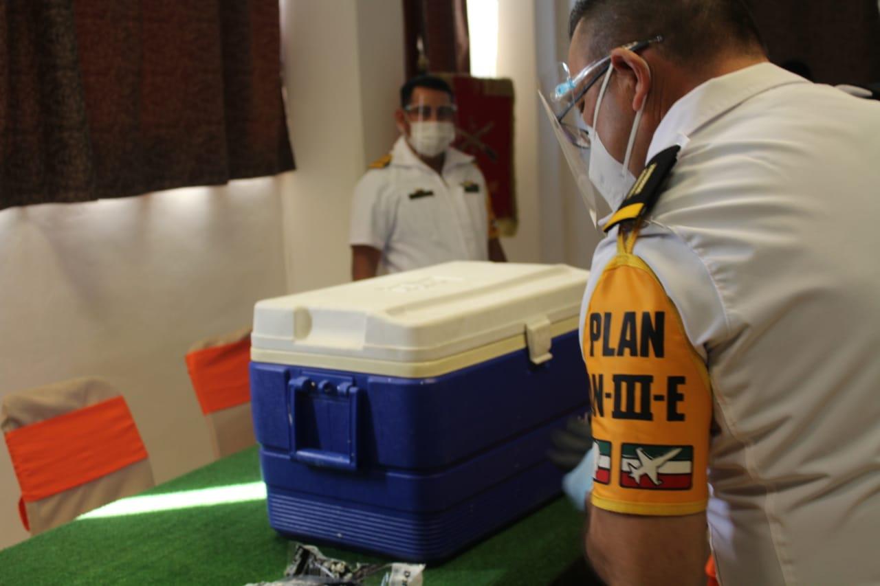 Critican redes la hielera que transporta la vacuna