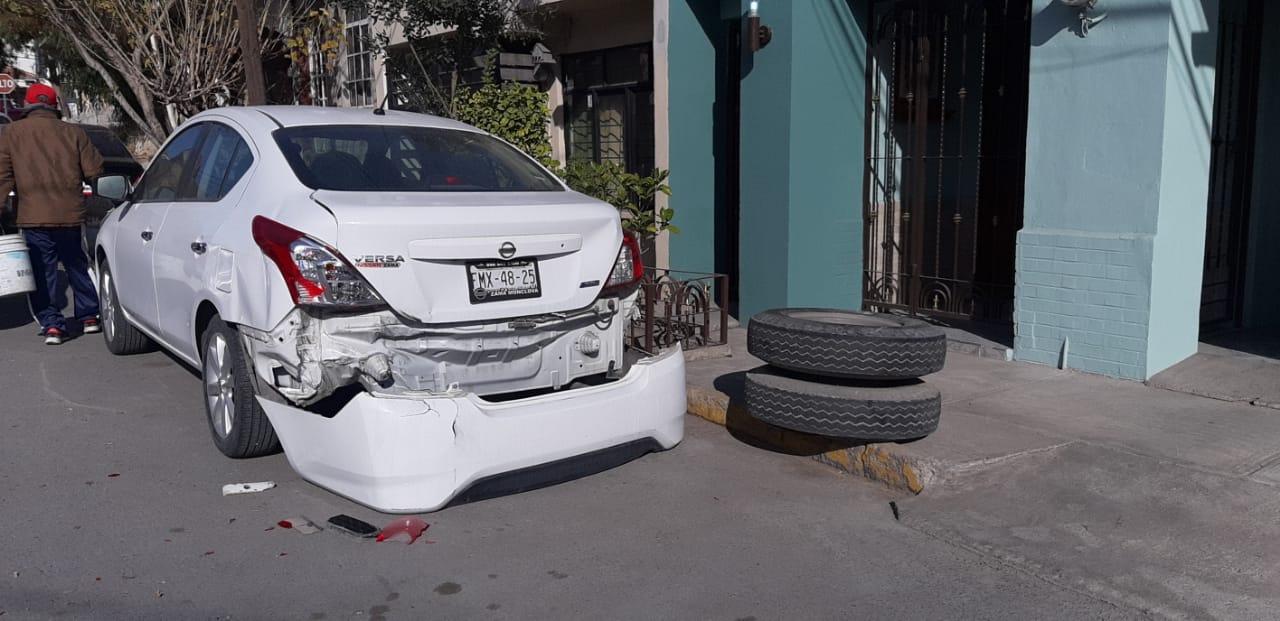 Se le sale llanta y daña vehículo en Monclova