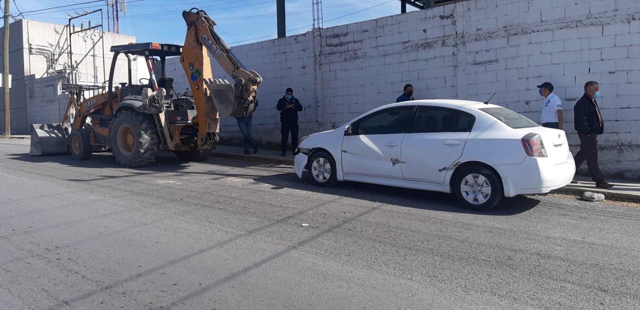 Retroexcavadora choca con auto estacionado en Monclova