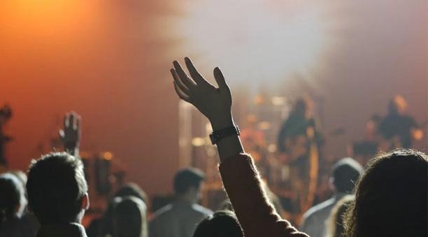 Estudio detecta riesgo mínimo de COVID en conciertos si se renueva el aire