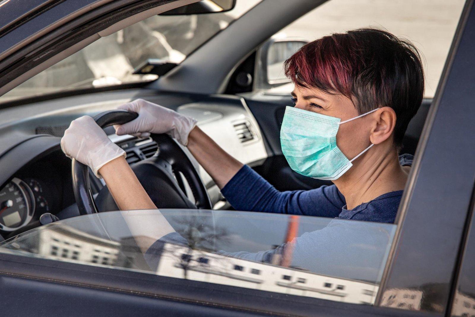 Manejar con las ventanas abiertas baja el riesgo de contagio, afirman