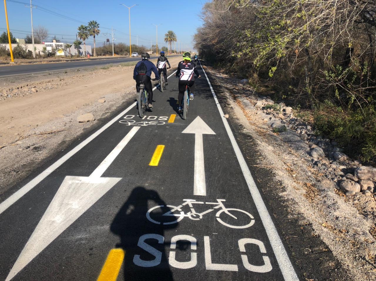 Invaden autos y carretas la ciclovía de carretera 30