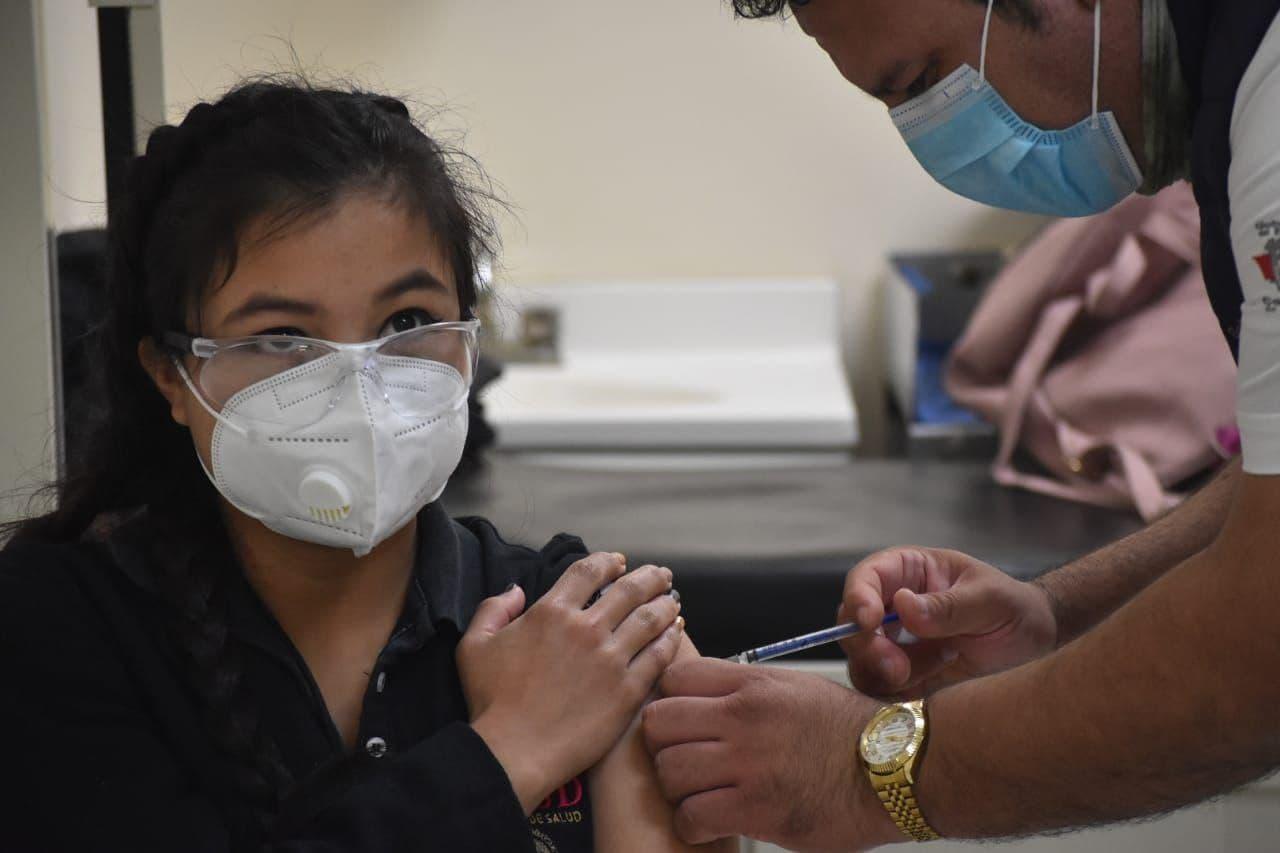 Aplican segunda dosis a empleados de la salud en la Región Centro