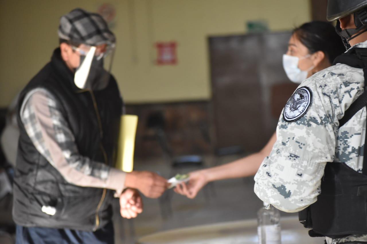 Bajo protocolos de salud, entregan apoyos federales a adultos mayores en Monclova