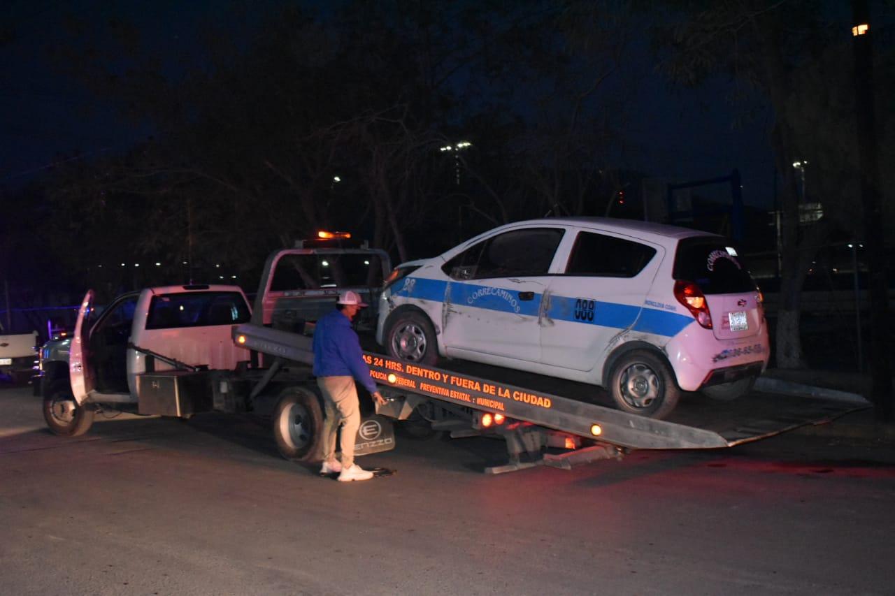 Mujer taxista termina volcada en la Obrera en Monclova