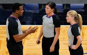 NBA hace historia al incluir a dos mujeres árbitro en un partido