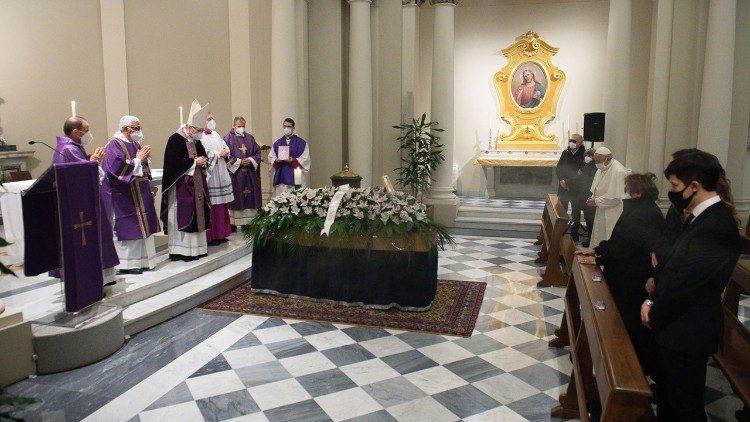 El papa asiste al funeral de su médico personal, fallecido por coronavirus
