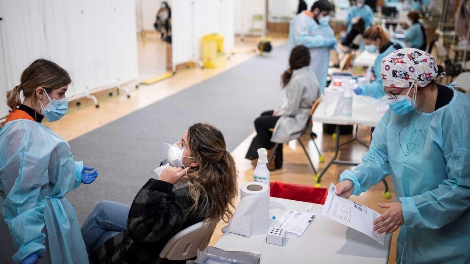 España notifica 40,285 contagios y 492 muertes más con récord de incidencia