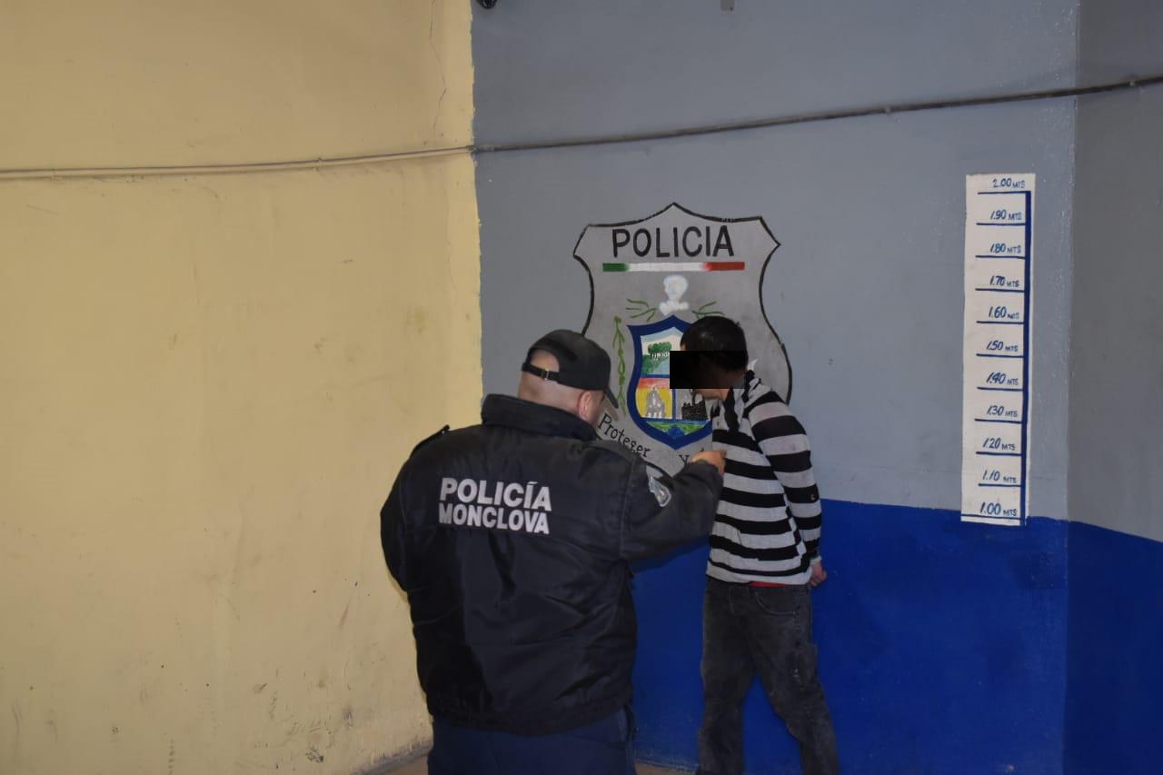 Lo sorprenden en tapias drogándose en Monclova