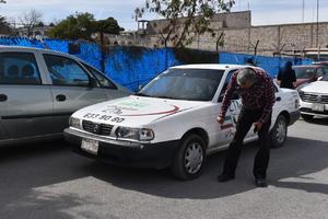 Taxi quita derecho de vía y choca en Monclova