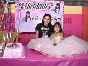 Michelle apaga su quinta velita de cumpleaños en Monclova