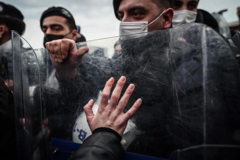 La policía turca dispersa una protesta contra la detención de estudiantes