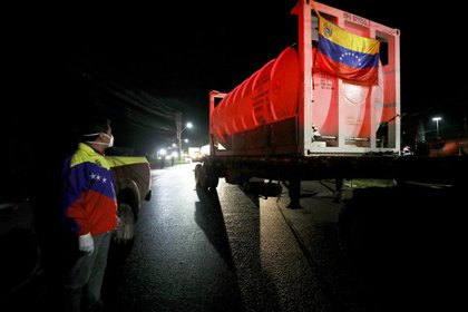 Maduro dice que Venezuela enviará tres camiones más con oxígeno a Brasil