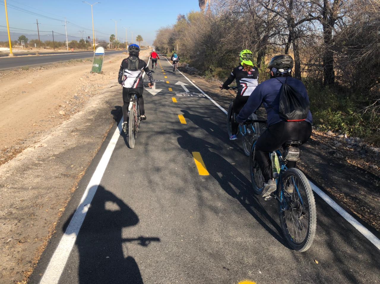 Obstruyen ciclovía y molesta a ciclistas