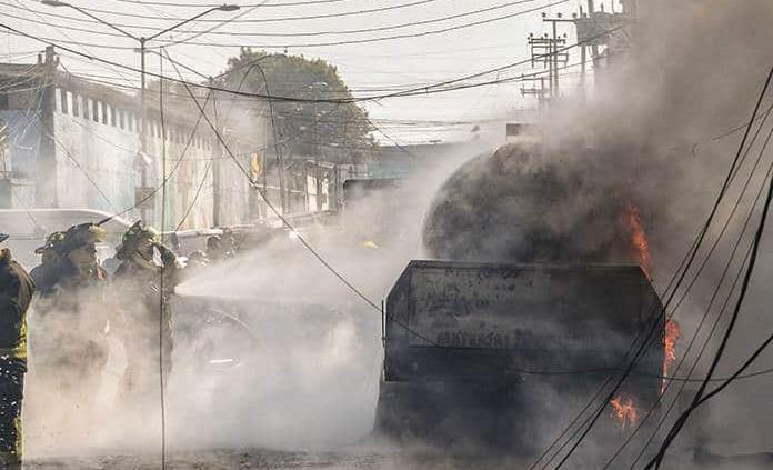Incendio de pipa deja 12 lesionados y tres locales dañados