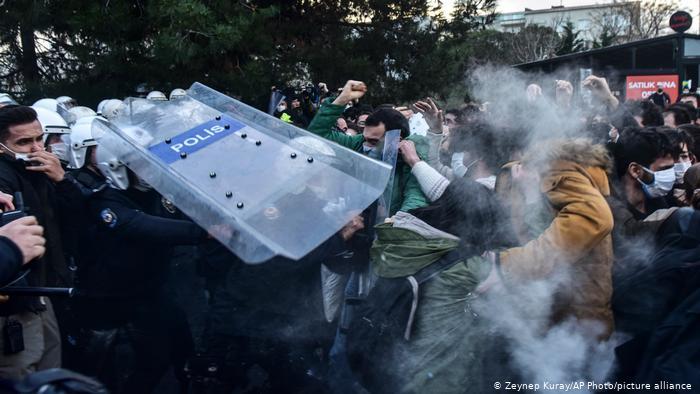 EU, preocupado por detenciones en protestas de estudiantes en Turquía