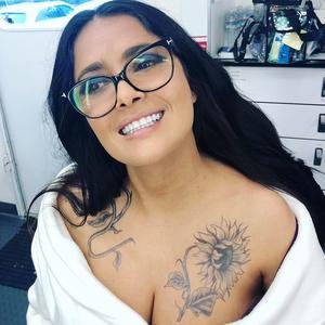 Salma Hayek sorprende con tatuajes en su pecho