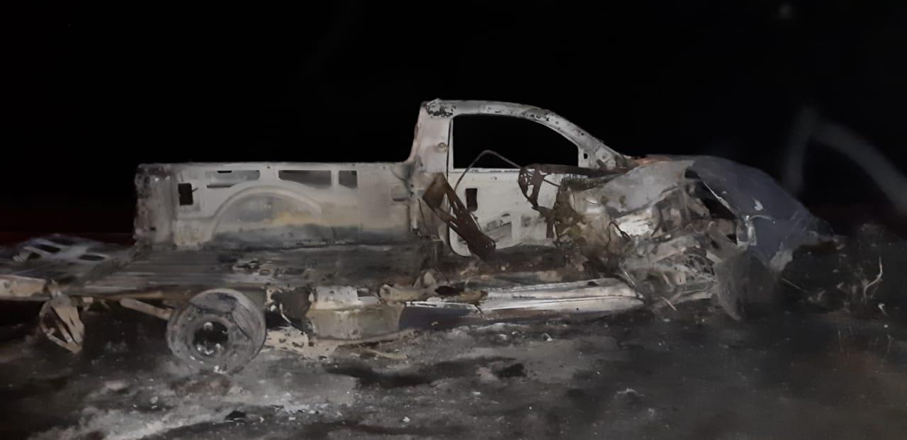 Arde camioneta tras impactarse contra tráiler