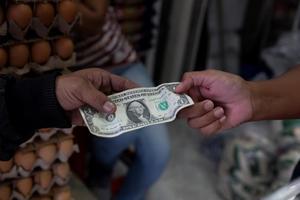 El peso mexicano gana fuerza y cierra en 20,13 unidades por dólar