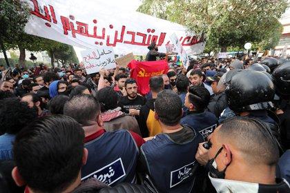 Miles de tunecinos se saltan las restricciones en la mayor protesta en meses