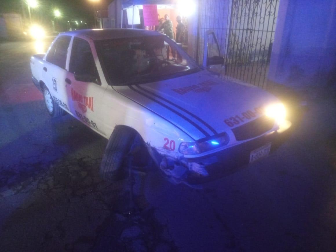 Se pasa alto y choca a taxi en Monclova