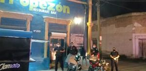 Buscan policías armas en bares y cantinas