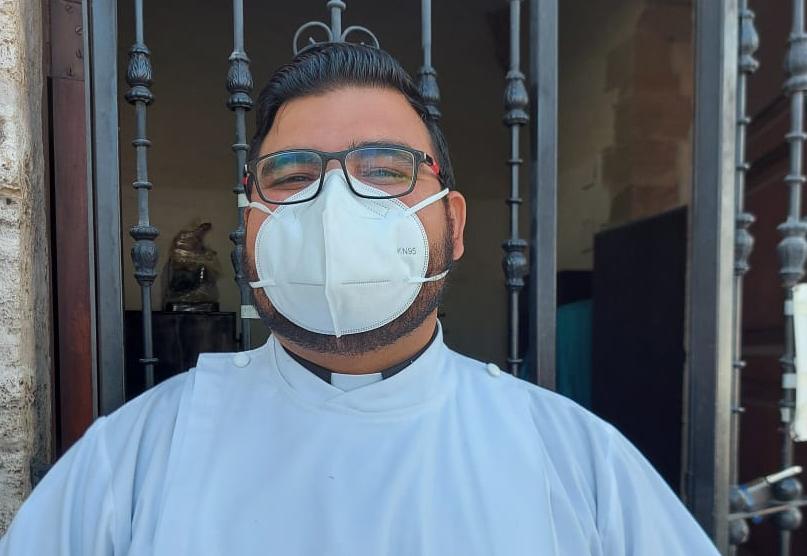 Llega el padre Carlos Garay a la parroquia Santiago Apóstol