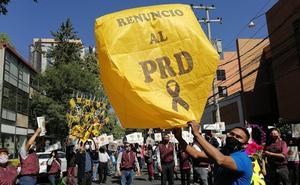 Renuncian decenas de perredistas en protesta por alianza con el PRI