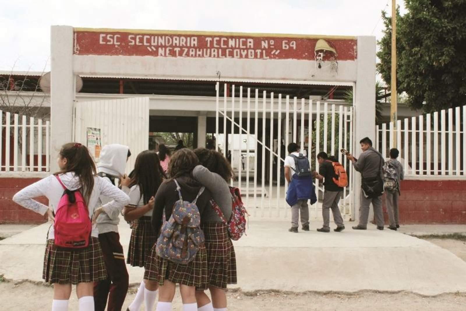 Dan alumnos cálido recibimiento a maestro que venció al COVID-19 en Frontera