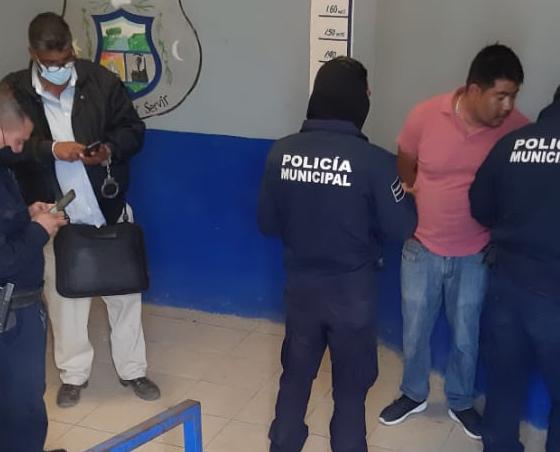 Ex policía se lía a golpes en la calle en Monclova