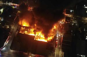 Incendio consume bodega de autopartes en Monterrey